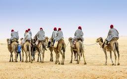骆驼有蓬卡车在撒哈拉大沙漠,非洲 免版税图库摄影