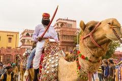 骆驼的Rajasthani人 库存照片