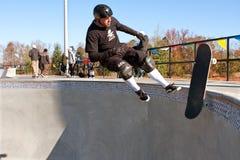 经验丰富的溜冰板者在大碗消除  库存图片