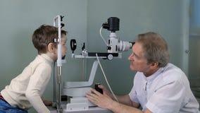 验光师检查儿童眼睛 库存图片