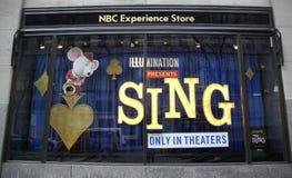 经验商店窗口显示装饰与由照明娱乐唱影片促进 图库摄影