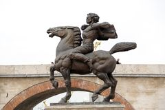 骑一匹马的一个人的铜雕塑在街市斯科普里, Mac 图库摄影