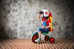 骑一辆减速火箭的自行车的孩子 库存照片