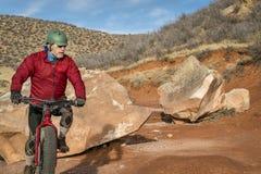 骑一辆肥胖自行车在山沙漠足迹 免版税库存照片