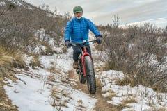 骑一辆肥胖自行车在科罗拉多山麓小丘 库存照片