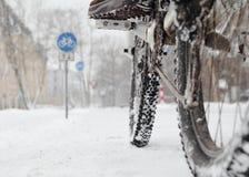 骑一辆自行车在冬天 库存照片
