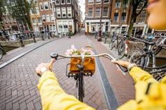 骑一辆自行车在阿姆斯特丹 库存照片