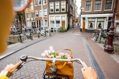 骑一辆自行车在阿姆斯特丹 免版税图库摄影