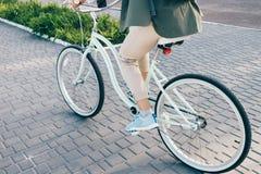 骑一辆自行车的妇女在夏天 图库摄影