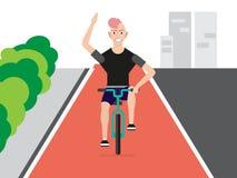 骑一辆自行车的快乐的年轻人在早晨城市在日出 免版税库存图片