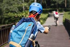 骑一辆自行车的男孩在公园 库存照片