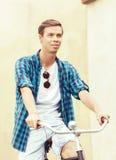 骑一辆自行车的英俊的行家在老镇 旅行, holida 库存图片