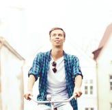 骑一辆自行车的英俊的行家在老镇 旅行, holida 库存照片