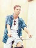 骑一辆自行车的英俊的行家在老镇 旅行, holida 免版税图库摄影