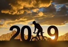 骑一辆自行车的骑自行车者在新年2019年 库存照片
