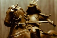 骑他的马的日本幕府时代的将军的雕象 免版税库存图片