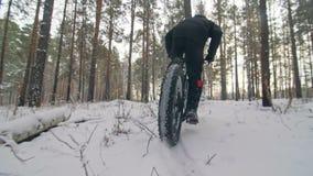骑在室外的专业极端运动员骑自行车的人肥胖自行车 后轮特写镜头视图  骑自行车者乘驾在冬天 股票录像