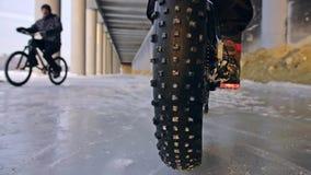 骑在室外的专业极端运动员骑自行车的人肥胖自行车 后轮特写镜头视图  骑自行车者乘驾在冬天 影视素材