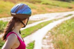 骑在领域的少妇一辆自行车 图库摄影