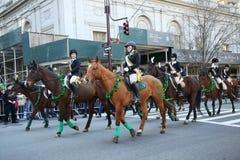 年轻骑士参与在圣帕特里克的天游行 免版税图库摄影