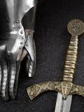 骑士和剑的铁手套 免版税库存图片