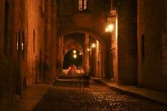 骑士在晚上,罗得岛的中世纪大道 库存图片