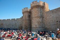 骑士大师宫殿在中世纪镇。 免版税库存照片