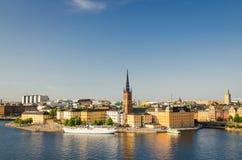 骑士岛区、Riddarholm教会和典型的瑞典哥特式大厦,航行小船的船空中全景顶视图  免版税库存照片