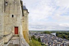 骑士的与一个红色门的天空城堡 免版税库存照片