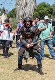 骑士节日参加者在为与泡沫剑的一次战斗准备着的武士服装穿戴了有一个访客的在戈伦公园 免版税库存图片