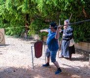 骑士节日的访客在戈伦公园学会投掷矛在目标在以色列 库存图片