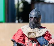 骑士-一个参加者在骑士节日,休息在名单的角落在战斗之间的一个断裂期间在戈伦公园是 图库摄影