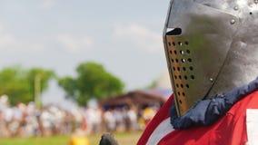 骑士` s装甲的大力士,在比赛前的铁盔甲在中间年龄的节日 影视素材