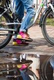 骑她的自行车的女孩 免版税库存图片