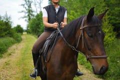 骑她的马的少妇 免版税图库摄影