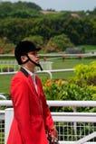 骑师齿轮的中国号兵开始酋长管辖区新加坡德比在克兰芝草皮俱乐部跑马 免版税库存图片
