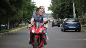 骑摩托车的一对爱恋的夫妇在城市 股票视频
