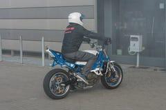 骑摩托车的替身演员在开始特技展示前 图库摄影
