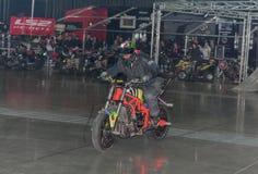 骑摩托车的替身演员在特技展示期间 免版税库存图片