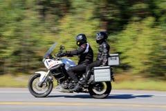 骑摩托车,行动迷离的两个骑自行车的人 库存照片