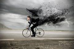 骑有伞的商人一辆自行车 库存照片