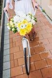 骑有花的妇女一辆自行车,细节 免版税库存照片