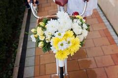 骑有花的妇女一辆自行车,细节 免版税库存图片