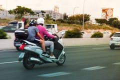 骑有行动的作用的两个人一辆摩托车 库存照片