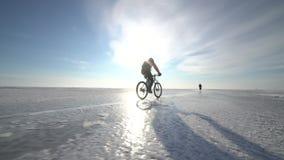 骑横跨一个冻湖的一个人一辆自行车 股票录像