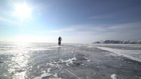 骑横跨冻贝加尔湖的一个人一辆自行车 股票录像
