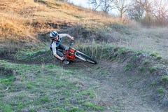 骑登山车的Enduro骑自行车者在岩石足迹 库存图片