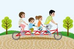 骑纵排自行车的家庭,在公园 免版税库存照片