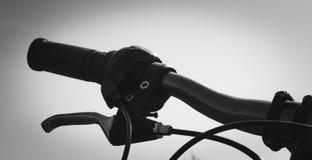 骑自行车与手煞车颜色灰色极谱的方向盘特写镜头 免版税库存图片