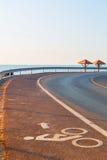 骑自行车与自行车路标的车道在沥青车道 免版税库存图片